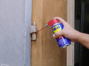 Come pulire e lubrificare i cardini della porta