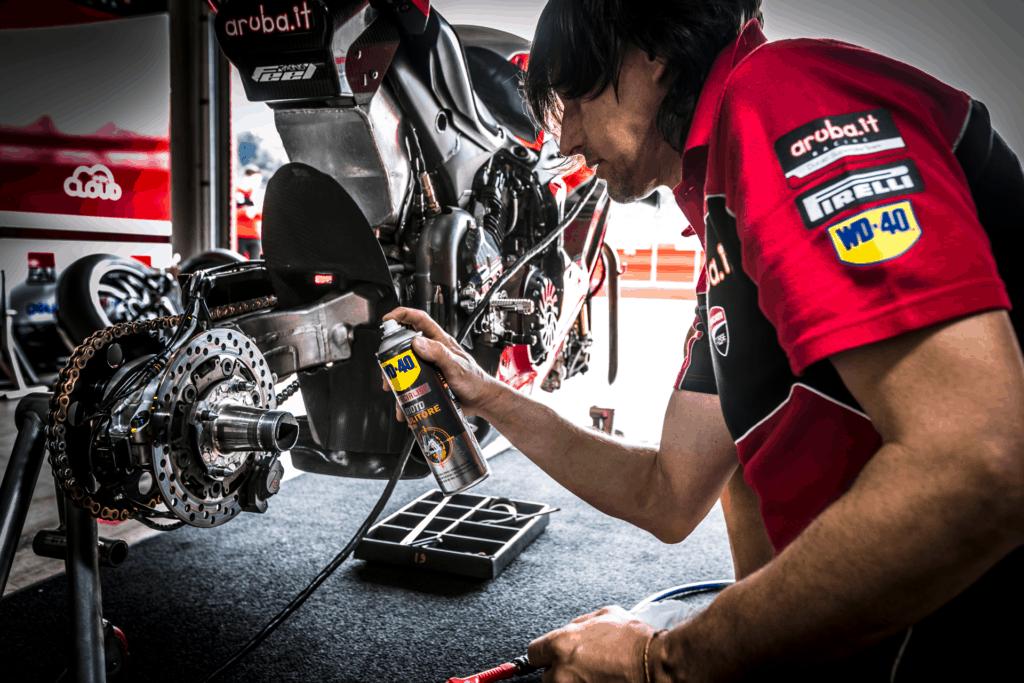 Preparazione della moto da gara: WD-40 a fianco di Aruba.it Racing Ducati Superbike Team