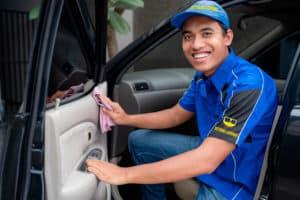Come pulire le parti in plastica dell'auto efficacemente!