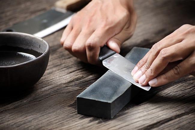 Affilare coltelli e forbici: come si fa e quali prodotti utilizzare